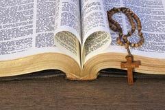 Coração feito com as folhas da Bíblia Fotografia de Stock