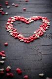 Coração feito com corações pequenos dos doces, rosa, vermelho, cores brancas, no fundo escuro Amor, conceito do dia do ` s do Val Fotos de Stock Royalty Free