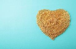 Coração feito com textura da madeira da corrente do ouro Foto de Stock Royalty Free