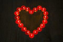 Coração feito com velas vermelhas fotos de stock