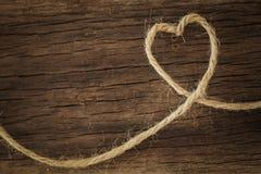 Coração feito da corda no fundo natural Fotografia de Stock Royalty Free