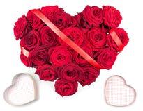 Coração feito da fita vermelha do ramalhete das rosas vermelhas e duas das caixas dos corações isoladas no fundo branco Fotografia de Stock Royalty Free