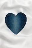 Coração feito da tela da sarja de Nimes com costura amarela na seda branca Fotos de Stock Royalty Free