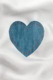 Coração feito da tela da sarja de Nimes com costura amarela na seda branca Imagens de Stock Royalty Free