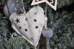 Coração feito da tela de linho com brilho, feito a mão, declaração do amor Decoração para o abeto vermelho foto de stock royalty free