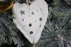 Coração feito da tela de linho com brilho, feito a mão, declaração do amor Decoração para o abeto vermelho fotos de stock
