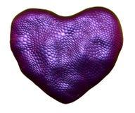 Coração feito da textura roxa natural da pele de serpente isolada no branco 3d ilustração do vetor