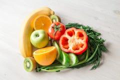 Coração feito das frutas e legumes diferentes na tabela de madeira clara Imagens de Stock