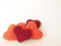 Coração feito das lãs em um fundo branco feito a mão Imagem de Stock