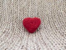 Coração feito das lãs em um fundo branco feito a mão Fotografia de Stock Royalty Free