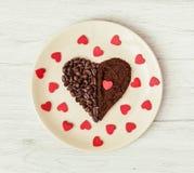 Coração feito de feijões de café e do café à terra com muitos pequenos com referência a Fotos de Stock