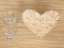 Coração feito do linho adornado com joias em um fundo da placa do carvalho Imagens de Stock Royalty Free