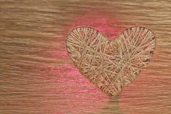 Coração feito do linho adornado com joias em um fundo da placa do carvalho Foto de Stock Royalty Free
