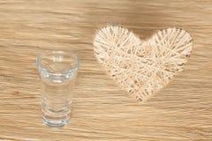 Coração feito do linho adornado com joias em um fundo da placa do carvalho Imagem de Stock Royalty Free
