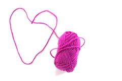 Coração feito do skein roxo da linha, isolado Imagens de Stock