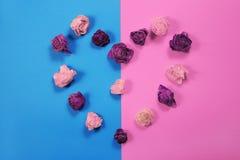 Coração feito dos botões cor-de-rosa secados, fundo do dia de Valentim Foto de Stock