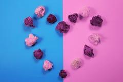 Coração feito dos botões cor-de-rosa secados, fundo do dia de Valentim Imagens de Stock Royalty Free