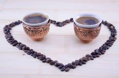 Coração feito fora das grões cruas do café Imagens de Stock
