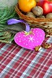 Coração feito a mão do dia do ` s do Valentim de feltro Ofício das crianças foto de stock