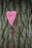 Coração feito a mão do Valentim da matéria têxtil no tronco de árvore Fotografia de Stock Royalty Free