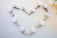 Coração feito pelo arranjo de madeira dos grampos Imagem de Stock Royalty Free