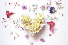 Coração floral dos verões com flores fotografia de stock