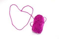 Coração grande feito do skein roxo da linha, isolado Imagens de Stock