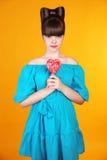 Coração Lollypop Menina adolescente bonita com PNF colorido do lolli f Fotos de Stock