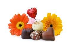 Coração luxuoso chocolates dados forma com flores fotografia de stock royalty free
