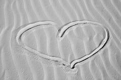 Coração na areia Fotos de Stock