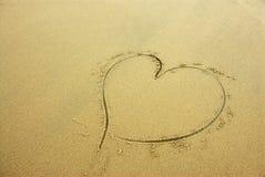 Coração na areia da praia Fotos de Stock Royalty Free