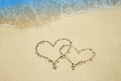 Coração na areia pelo mar foto de stock