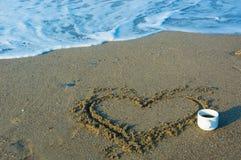 Coração na areia perto do mar fotos de stock