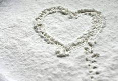 Coração na farinha da neve fotografia de stock royalty free