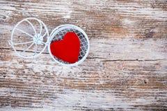 Coração na gaiola aberta na madeira branca Foto de Stock Royalty Free