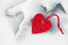 Coração na neve na árvore Foto de Stock