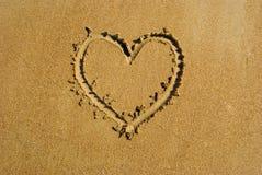 Coração na praia da areia. Fotografia de Stock