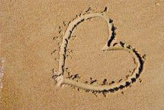 Coração na praia do mar imagens de stock royalty free