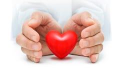 Coração nas mãos humanas Fotografia de Stock