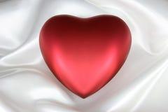 Coração no cetim branco Fotografia de Stock