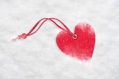 Coração no fundo da neve imagens de stock royalty free