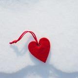 Coração no fundo da neve imagem de stock