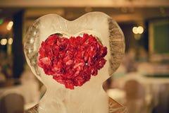 Coração no gelo no salão da cerimônia de casamento, Valentim fotografia de stock
