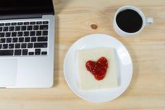 Coração no pão, feito do doce de morango Imagens de Stock