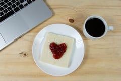 Coração no pão, feito do doce de morango Fotografia de Stock Royalty Free