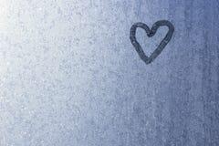 Coração no vidro congelado Gelo em um fundo da janela pequeno Foto de Stock Royalty Free