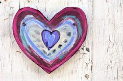 Coração pintado na madeira suja foto de stock