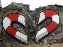 Coração pintado na parede velha, Letónia fotografia de stock