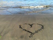 Coração pintado na praia com água Imagens de Stock Royalty Free