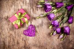 Coração, presente e flores de vime Dia do `s do Valentim Presente romântico Fotos de Stock Royalty Free
